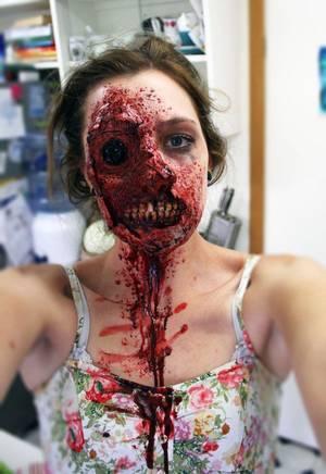 """Deux jeunes filles avec un maquillage """"zombie"""" terrifiant"""