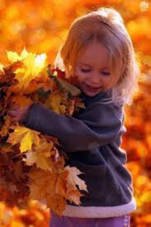 Le bonheur des enfants au coeur des feuilles d'automne.