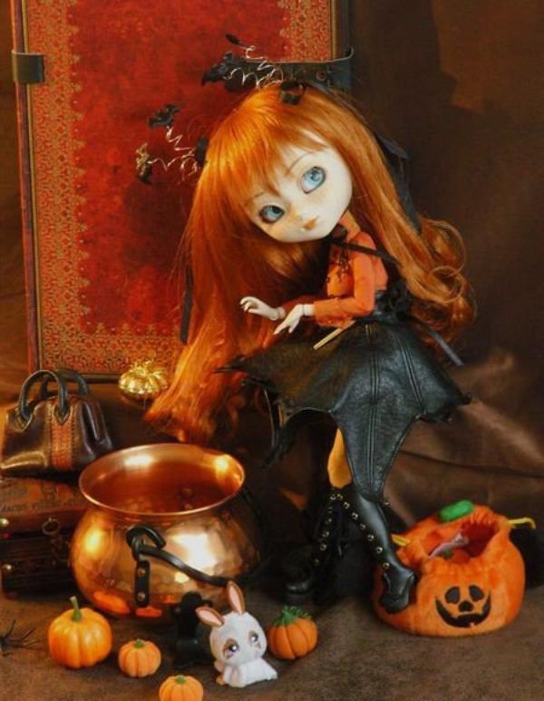C'est magique car à Halloween les poupées se tranforment pour le plaisir des petites filles.