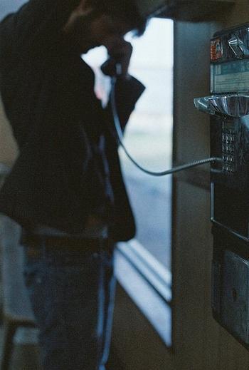 Quoi qu'il en soit, la suite de l'histoire commence par une sonnerie de téléphone.