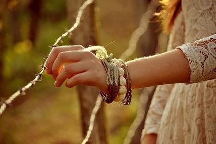 Pour être heureux, il faut souvent très peu de choses : un peu d'espoir, beaucoup d'amour ... Pour que naisse un roman, quelques mots ...