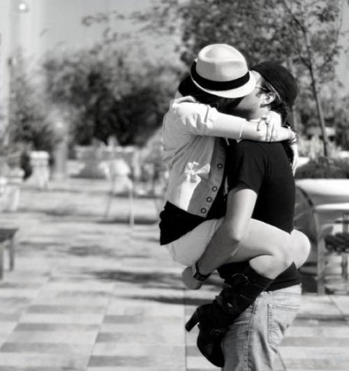 À vrai dire, aimer, c'est prendre un risque. Comme si, en fermant son coeur à la peine, on la fermait aussi automatiquement à la joie. Mais le prix à payer pour se protéger contre les grands chagrins de l'amour est d'être privé de ses délicieuses ivresses.