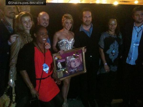 Shakira reçoit un prix en coulisse !