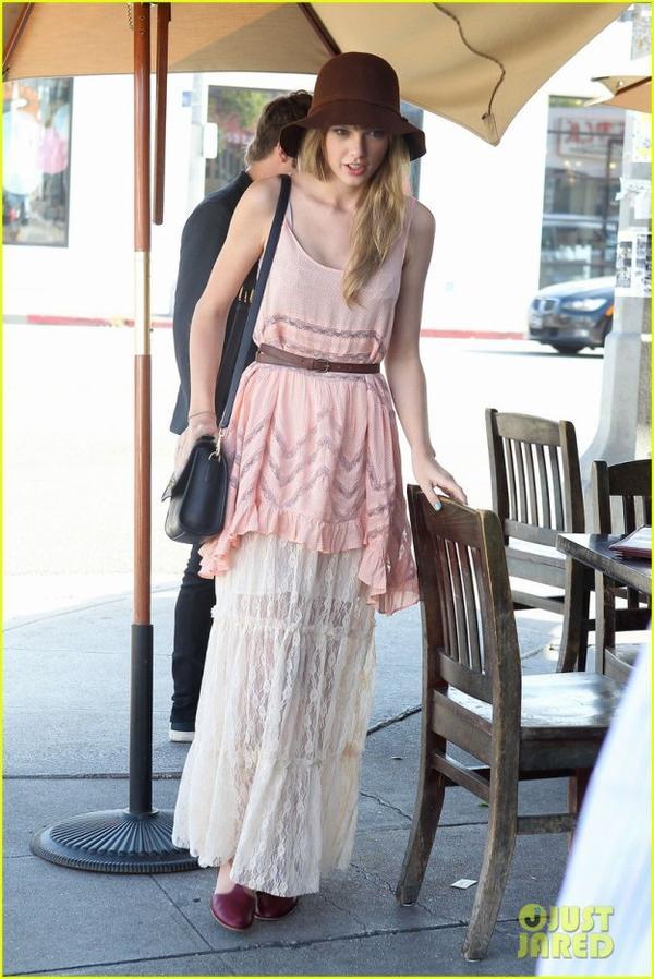 Hier midi, Mark à diner avec Taylor Swift. Alors aurait-il une autre conquête en vu, ou est-ce un nouveau single en préparation ? En tous cas, je vous laisses admirez deux photos de la belle Taylor avec sa magnifique robe.