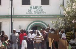 Jacmel – Manifestation : Des manifestants tentent de fermer les portes de la Mairie de la ville