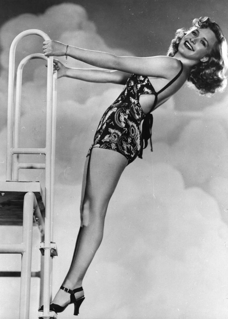 """Priscilla LANE (Born : Priscilla MULLICAN,  June 12, 1915 in Indianola, Iowa, USA,  Died : April 4, 1995 (age 79) in Andover, Massachusetts, USA) Height :5' 2½"""" (1,59 m)"""