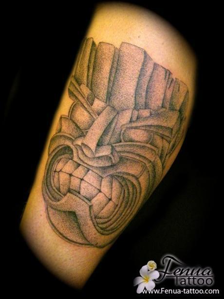 Le tatouage polynesien et l'art du point pour un tiki aux effets saisissant par tahiti tattoo à sanary entre toulon et marseille dans le var