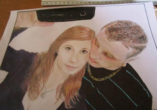 Couple aux crayons de couleurs