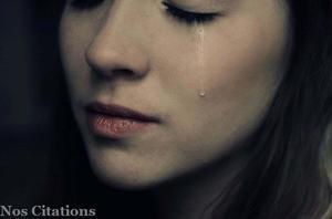 """"""" Quand je vois ses larmes couler une par une, sur sa joue presque entièrement démaquillée, j'avoue que l'amour m'effraie. """""""