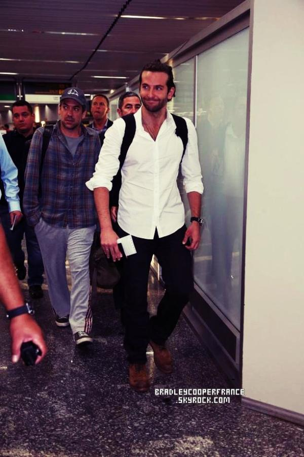 28/05/13 - Arrivée de Bradley à l'aéroport de Rio ♥   Accompagné de toute l'équipe du film, Todd Philips, Zach Galifianakis, Ed Helms, Heather Graham, Justin Bartha & Ken Jeong