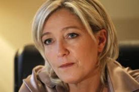"""Anne Sophie Lapix: A-t-elle donné """"une fessée"""" sur Canal+ à Marine Le Pen ?"""