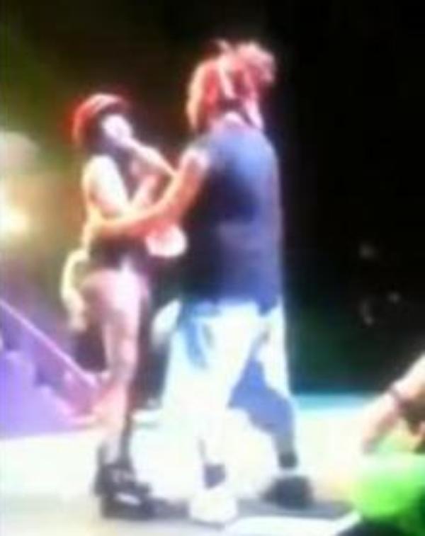 Nicki Minaj : Un de ses fans monte sur scène et se fait tabasser par les agents de sécurité