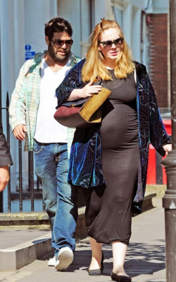 (Photos) Adele : La star affiche un beau ventre rond