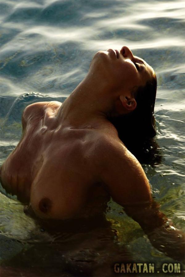 ( Photos) Laury Thilleman : Découvrez la photo topless de l'ancienne Miss France