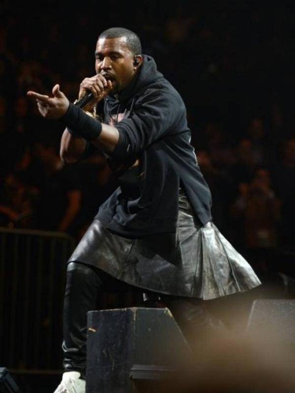 - Photos- Kanye West: Il veut faire censurer les photos où il porte une jupe. Pas de chance elle sont sur le blog de Trashy- B