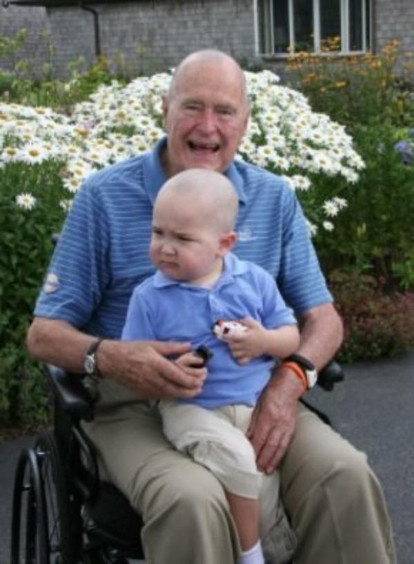 George Bush : L'ancien président des USA, s'est rasé la tête en signe de solidarité avec un jeune garçon leucémique