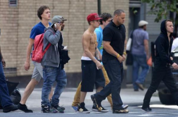 -Photos- Justin Bieber: Torse nu en plein Manhattan