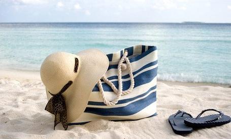 Les 20 indispensables à glisser dans ton sac de plage !