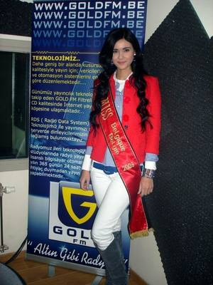 ÜLKÜ, la soeur de ZEYNEP SEVER, animatrice sur GOLD FM !!!