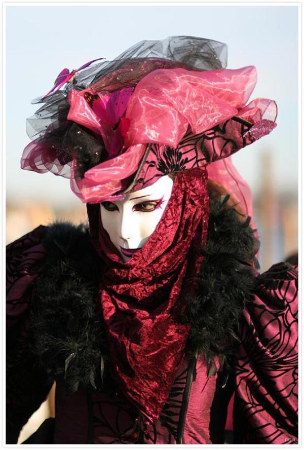 Au carnaval tout le monde est jeune, même les vieillards. Au carnaval tout le monde est beau, même les laids.