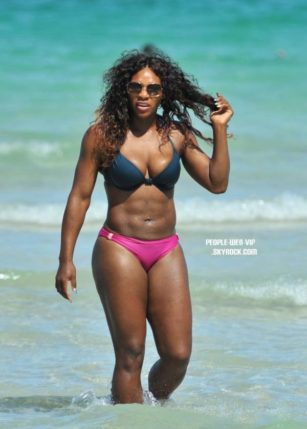> Serena Williams  Serena exhibe son beau corps rond sur les plages de Miami  (samedi (16 Juillet) à Miami, en Floride)