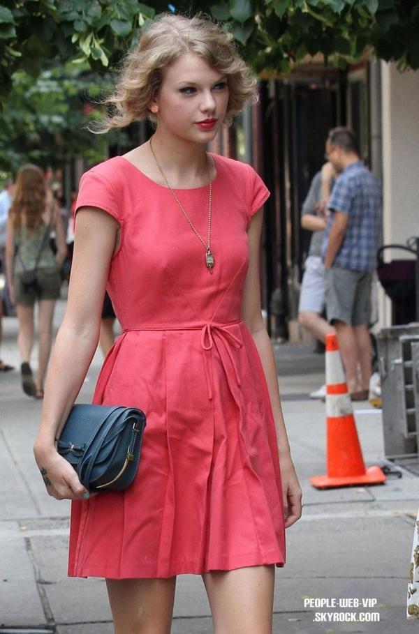 > Taylor Swift   Taylor de sortie a un fast food avec une des es copine à New York  (mercredi après-midi (20 Juillet).