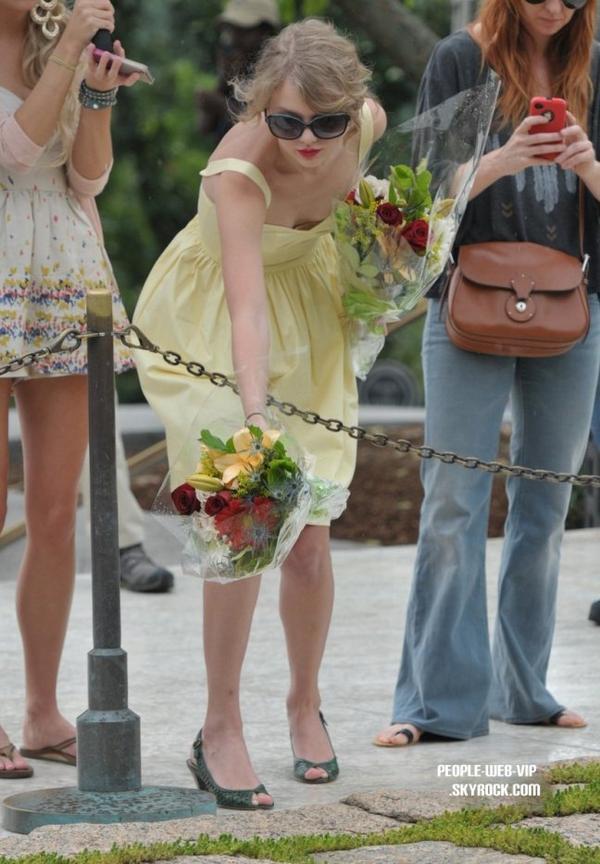 > Taylor Swift  Taylor a été apercu au cimetière national d'Arlington (mercredi (3 août) à Washington, DC)
