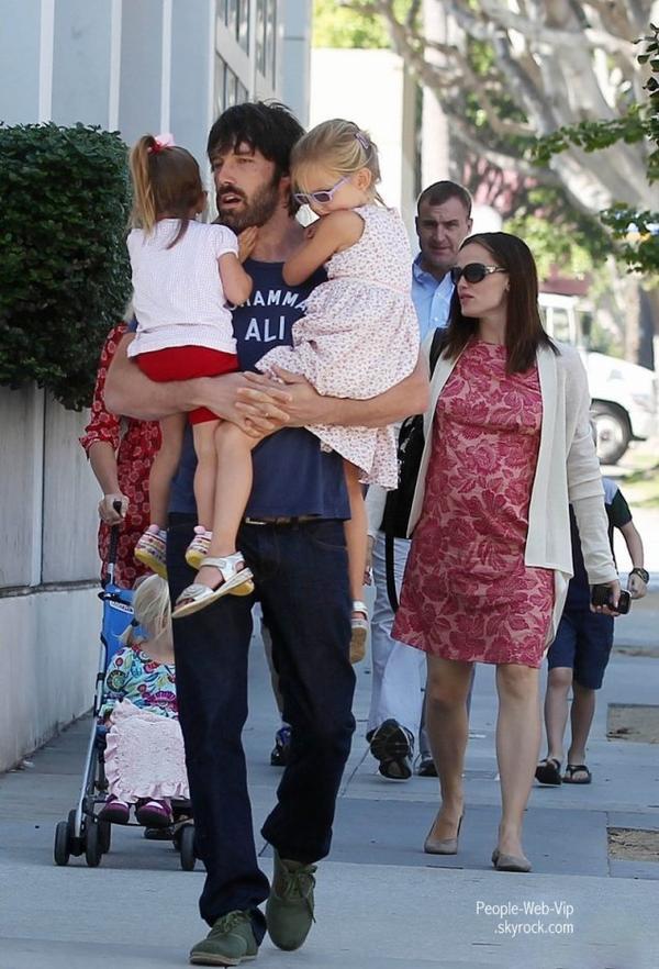 > Ben Affleck   Ben avec ses deux filles Violet et Seraphina et sa femme Jennifer Garner sont de sortie ! ( dimanche (Octobre 9)  Californie)