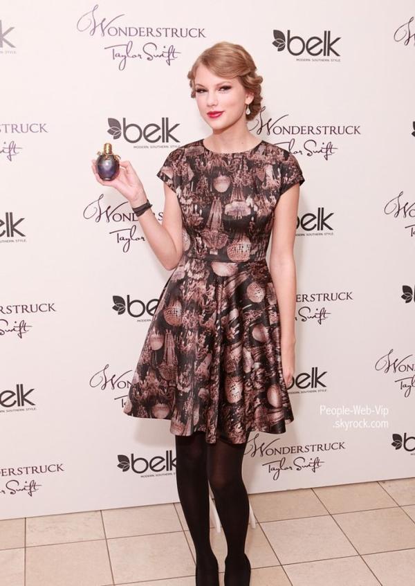 > Taylor Swift   Taylor présente son nouveau parfum, Wonderstruck, à Belk CoolSprings Galleria  (vendredi (Octobre 28) à Franklin, au Tennessee)