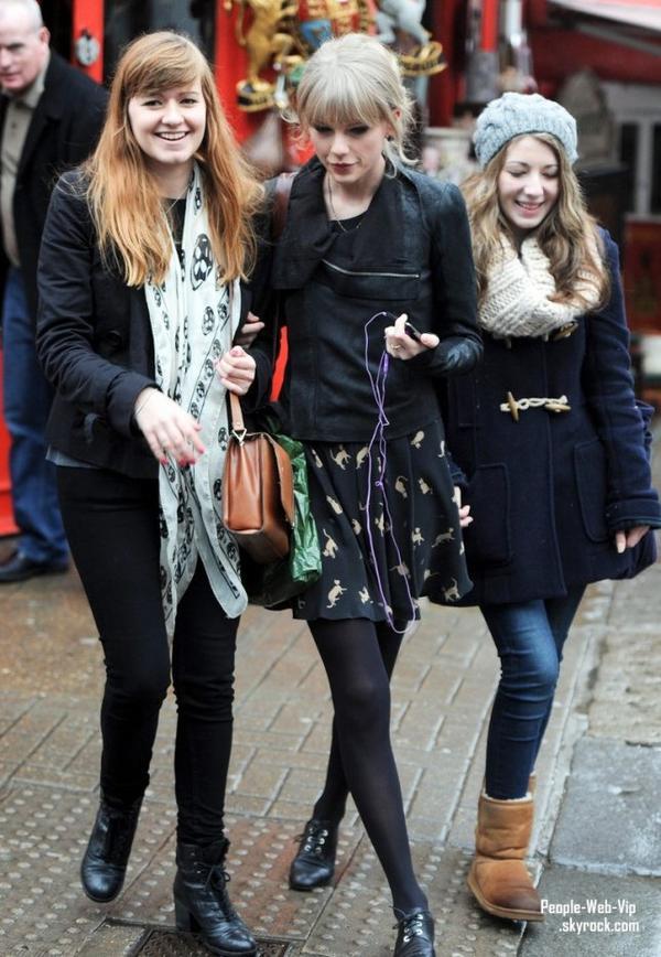 Taylor Swift visite le Diana, Princess of Wales Memorial Fountain sous la pluie  (mardi (Janvier 24), à Londres, en Angleterre.)