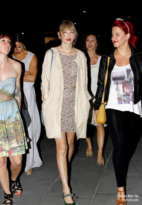 Taylor Swift apercu avec des amis dans les rues de Melbourne ( dimanche (Mars 11) à Melbourne, en Australie.)