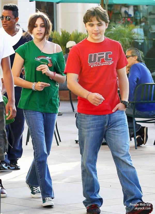 Paris Jackson et son frère a la sortie d'un cinéma avec leurs cousins et leur oncle Jermaine  (dimanche (Mars 11) à Calabasas, en Californie)