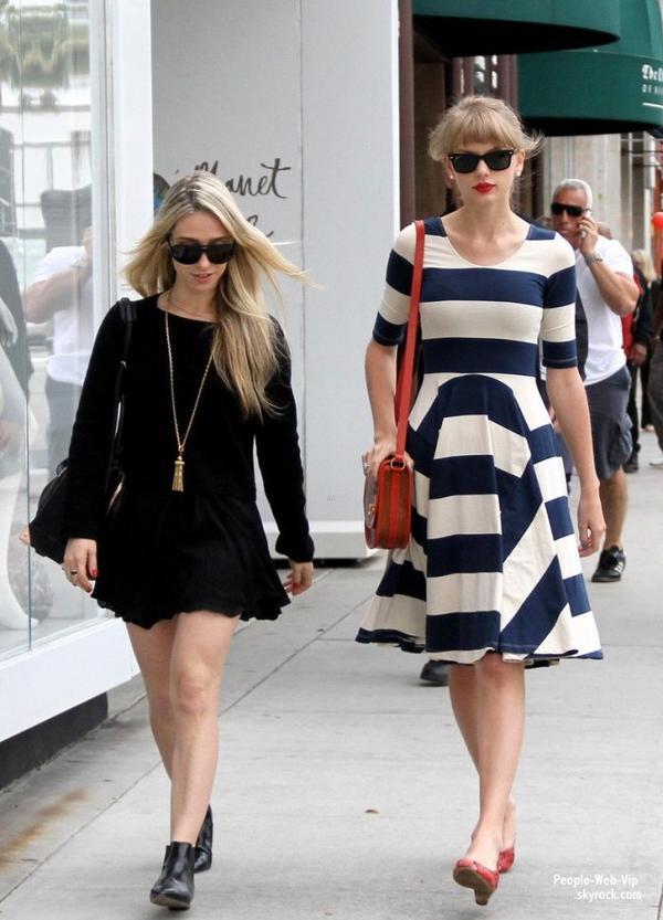 Taylor Swift aperçu avec une robe sympa dans les rues de la Californie ( lundi (Avril 23) à Beverly Hills, Californie)
