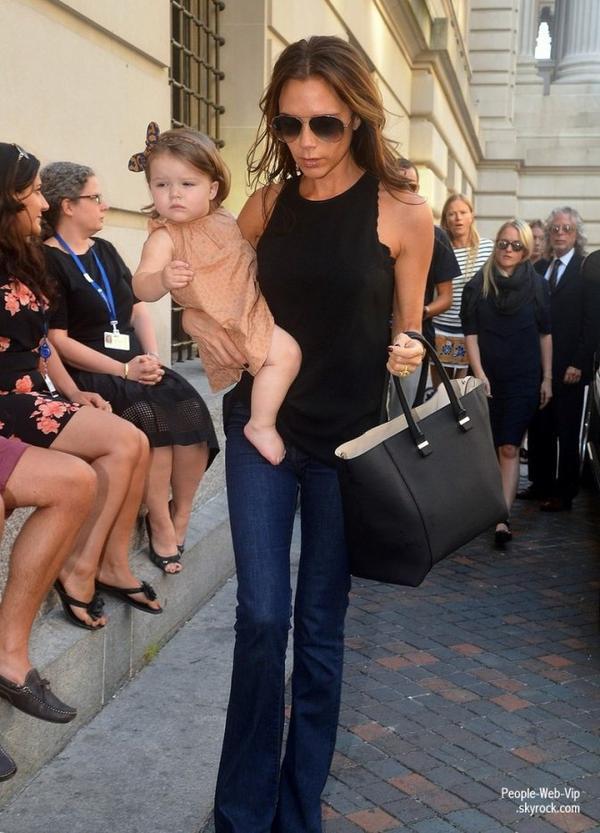 Victoria Beckham porte son adorable fille Harper prés du le Musée d'Art Moderne de NY ( jeudi (Septembre 13) à New York.)
