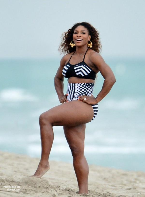 Serena Williams montre sa silhouette musclée lors d'une séance photo en bikini à Miam Beach ! ( lundi (Avril 15) à Miami Beach, Floride)