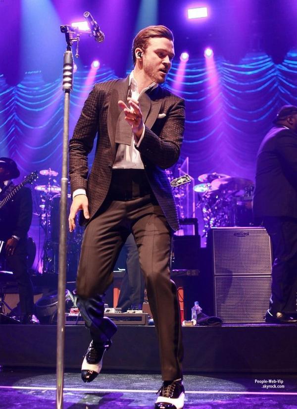 Justin Timberlake pose avec sa femme Jessica Biel dans les coulisses du  MasterCard Priceless Premieres Concert après une apparition sur scène ( dimanche soir (5 mai) au Roseland Ballroom à New York.)