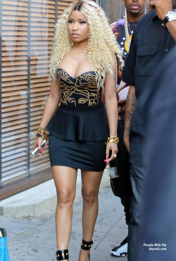 """Toute mignonne, Nicki Minaj a été aperçue sur le tournage de son dernier clip """"Love You more """" en duo avec Chris Brown  (vendredi (2 Août) à Los Angeles.)"""