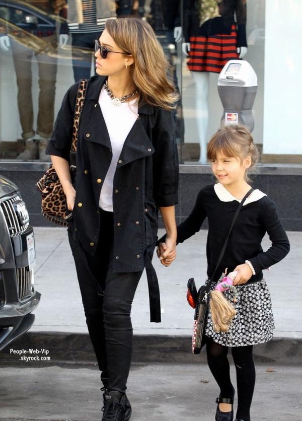 Jessica Alba et sa fille de 5 ans, Honor, aperçues après un repas au McDo ,  ( dimanche (22 Décembre) à Brentwood, en Californie)