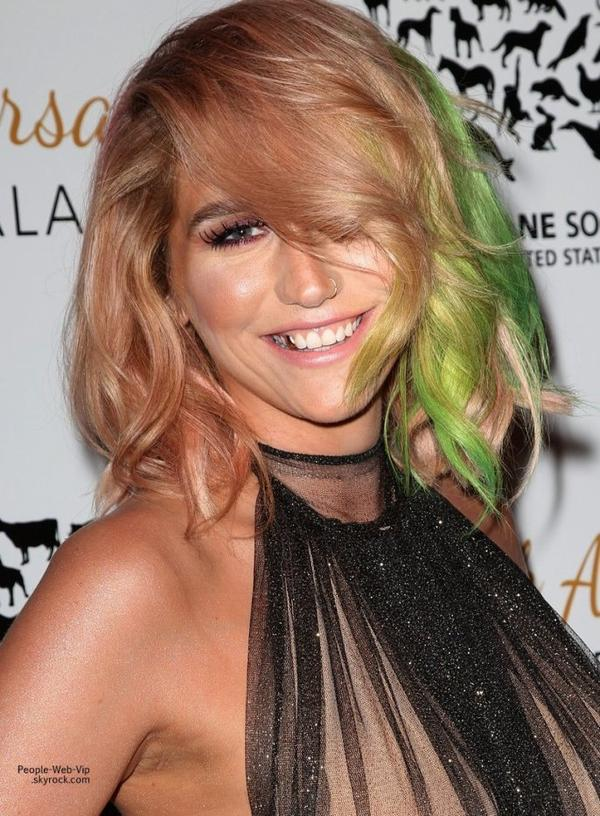Kesha toute rayonnante pose pour les photographes pour sa première sortie pos-rehab au gala anniversaire de la fondation The Humane Society of the United States, au Beverly Hilton Hotel.   (samedi (29 Mars ) à Beverly Hills , en Californie)