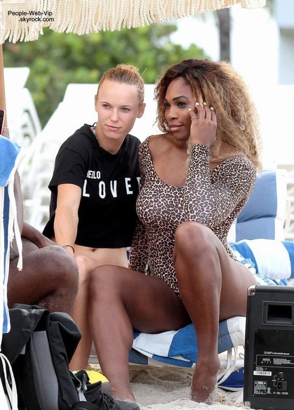 Serena Williams a profité pour faire un break sur les de Miami après son élimination prématurée à Roland Garros. Serena aperçue avec Caroline Wozniacki  (samedi après-midi (31 mai ) à Miami , en Floride)