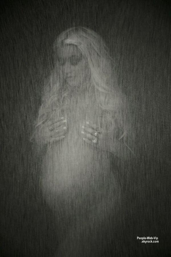 """Christina Aguilera pose avec son baby bump pour le magazine """" V """" Qu'en pensez vous ?"""