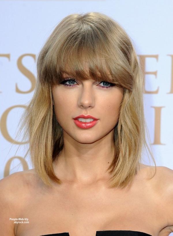 """Taylor Swift rayonnante sur le tapis rouge des """" 2014 Deutscher Radiopreis""""  à Hambourg ( jeudi soir (Septembre 4), en Allemagne. )"""