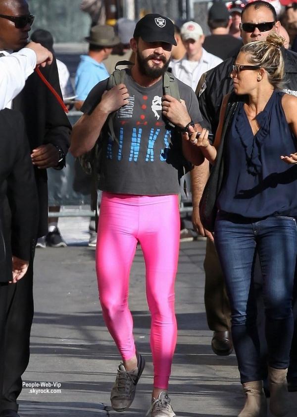 Pour la bonne cause et contre un don de  de $ 10,000,  Shia LaBeouf a été aperçu dans les rues de Los Angeles en se promenant en legging rose prés des studio de l'émission de  Jimmy Kimmel. Il répondu à un défi que lui a lancé Ellen DeGeneres pour lutter contre le cancer du sein. C'est sympa !  (lundi (13 Octobre) à Hollywood. )