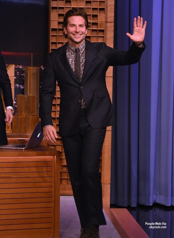 """Bradley Cooper a fait une apparition sur le plateau télé """"The Tonight Show Starring Jimmy Fallon"""". L'acteur de 39 ans s'est amusé en jouant un jeu de Egg Roulette avec l'animateur Jimmy Fallon. ( vendredi (17 Octobre) à New York. )"""
