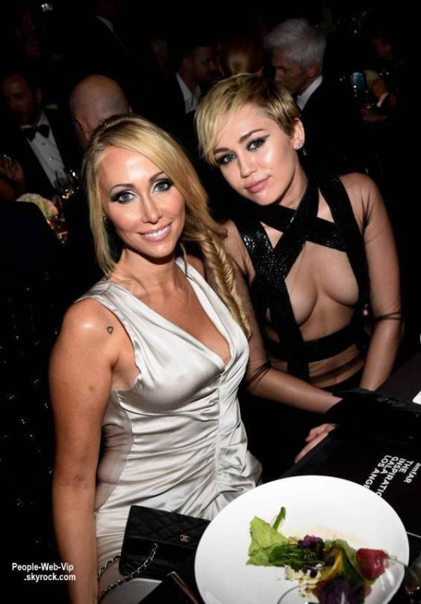 Tapis rouge: Miley Cyrus amfAR LA Inspiration Gala.  Hier soir avait lieu l'amfAR LA Inspiration Gala à Los Angles  qui honorait, cette année, le styliste Tom Ford. Miley Cyrus a été repéré posant avec sa mère Tish. ( Milk Studios mercredi (29 Octobre) à Hollywood. )