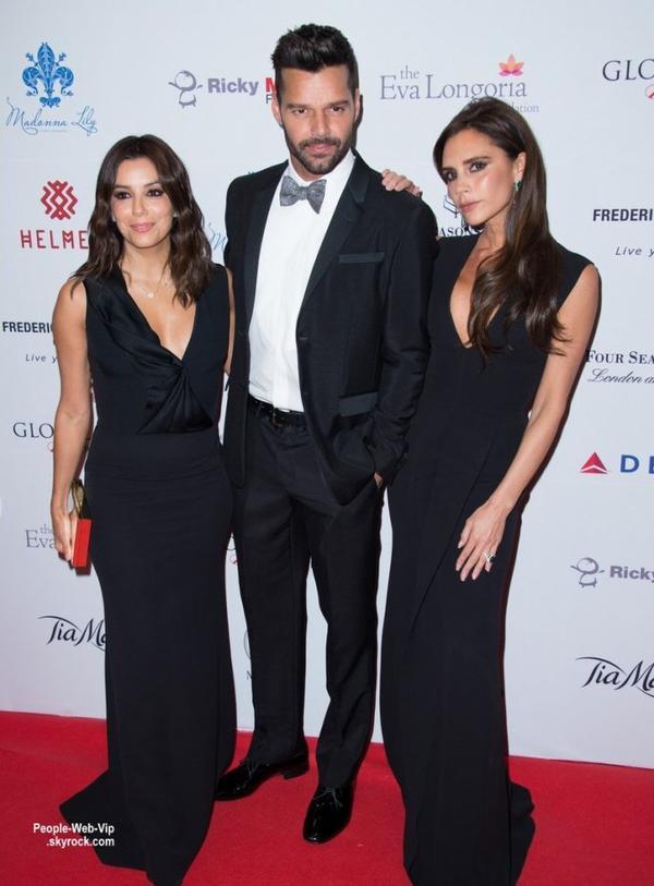 """Victoria Beckham et Eva Longoria pose avec Ricky Martin lors de la soirée """"2014 Global Gift Gala"""". L'événement a été organisé par Eva et autres célébrités présentes inclus Nicole Scherzinger. ( lundi soir (17 Novembre) à l'Hôtel Four Seasons à Londres, en Angleterre.)"""