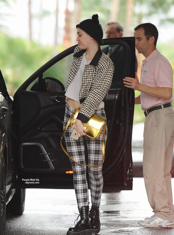 Miley Cyrus a été aperçue avec son petit ami Patrick Schwarzenegger, en arrivant au Beverly Hills Hôtel. (samedi (10 Janvier) à Beverly Hills, en Californie.)