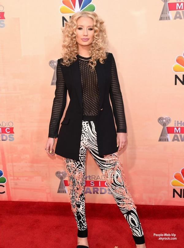 "Iggy Azalea, Zendaya, Nick Jonas,  Chris Brown, Taylor Swift et Jennifer Hudson posent sur le tapis rouge des  ""2015 iHeartRadio Music Awards ""  tenue au Shrine Auditorium. (dimanche (29 Mars) à Los Angeles.)"