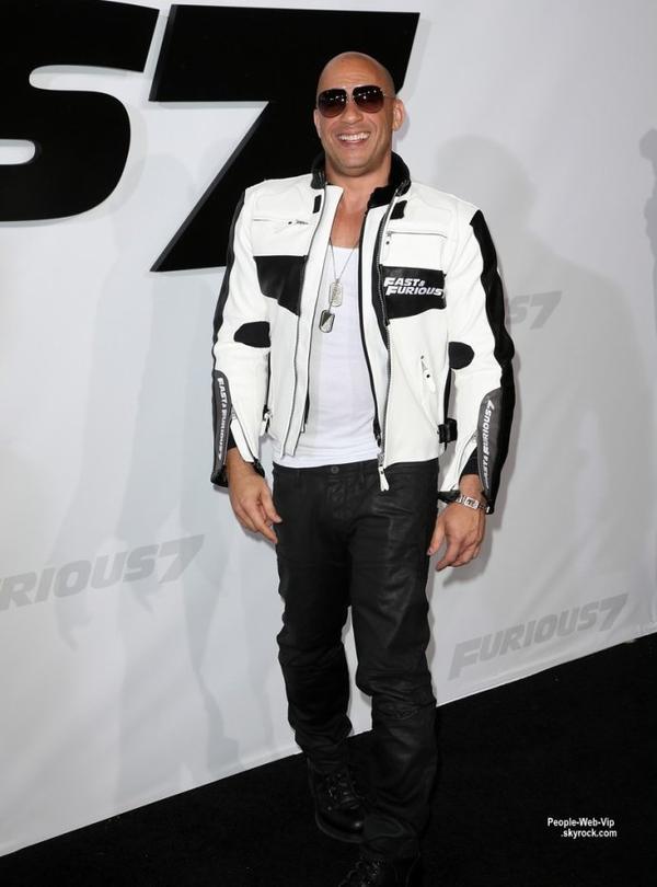 """Jordana Brewster, Michelle Rodriguez, et Vin Diesel posent tous sur le tapis noir pour la première de leur nouveau film """" Fast & Furious 7""""  (mercredi (1 Avril) au Théâtre chinois TCL à Hollywood.)"""