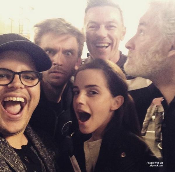 """"""" La Belle et la bête  """"  Emma Watson, Luke Evans, Josh Gad, Dan Stevens et Kevin Kline, soit le casting principal, viennent d'effectuer un selfie pour célébrer le début de tournage de La Belle et la Bête ! Qu'en pensez vous?"""